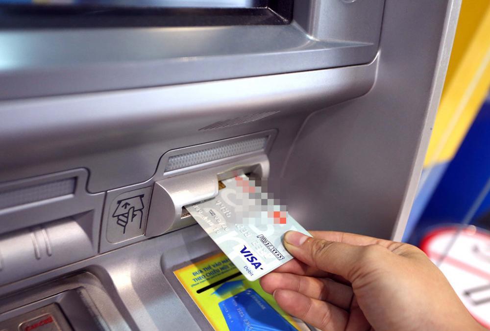 Nên hay không rút tiền mặt từ thẻ visa?