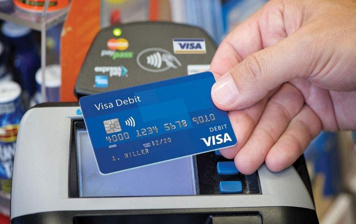 Hiện nay có hai cách rút tiền mặt từ thẻ tín dụng là qua cây ATM và gọi tổng đài